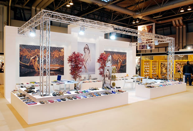 Ipanema using lighting gantry to build their exhibition stand